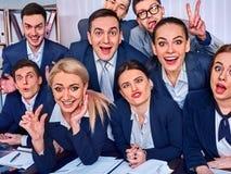 Los hombres de negocios de la vida de la oficina de la gente del equipo son felices con el pulgar para arriba Fotos de archivo