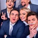 Los hombres de negocios de la vida de la oficina de la gente del equipo son felices con el pulgar para arriba Imagenes de archivo
