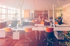 Los hombres de negocios de lanzamiento agrupan trabajo diario de trabajo en la oficina moderna Fotos de archivo libres de regalías