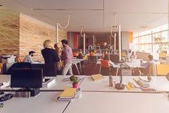 Los hombres de negocios de lanzamiento agrupan trabajo diario de trabajo en la oficina moderna Imágenes de archivo libres de regalías