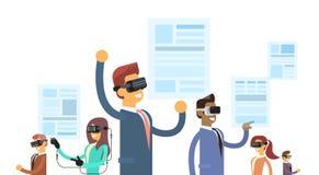 Los hombres de negocios del grupo de las auriculares de Team Wear Reality Digital Glasses leyeron el papel virtual de las noticia Imagen de archivo