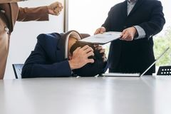 Los hombres de negocios del problema del conflicto que trabaja en equipo dan vuelta en figh Imagen de archivo