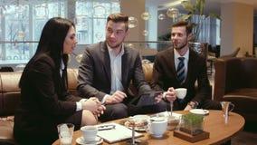 Los hombres de negocios discuten los papeles almacen de metraje de vídeo