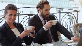 Los hombres de negocios disfrutan de la comida del almuerzo metrajes