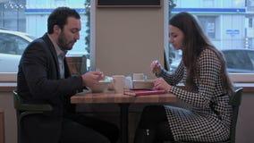Los hombres de negocios disfrutan de la comida del almuerzo en el restaurante almacen de video