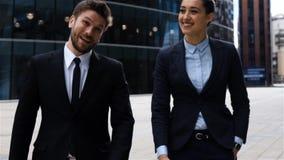 Los hombres de negocios, el varón y la hembra tienen conversación al aire libre metrajes