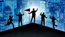Los hombres de negocios en el logro y el concepto del trabajo en equipo foto de archivo