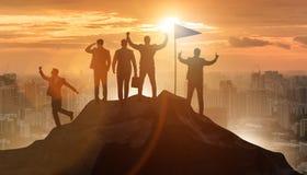 Los hombres de negocios en el logro y el concepto del trabajo en equipo fotos de archivo