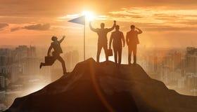 Los hombres de negocios en el logro y el concepto del trabajo en equipo foto de archivo libre de regalías