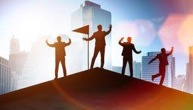 Los hombres de negocios en el logro y el concepto del trabajo en equipo imagen de archivo libre de regalías