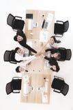 Los hombres de negocios en equipo dan confianza a otras fotografía de archivo