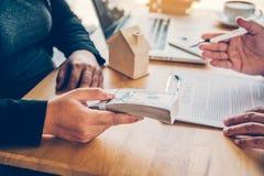 Los hombres de negocios están coordinando el negocio financiero, banco de fotos de archivo libres de regalías