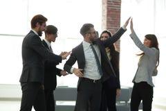 Los hombres de negocios están felicitando sus ventas acertadas fotografía de archivo