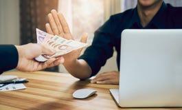 Los hombres de negocios están rechazando conseguir pagados con las ventajas que hacen que trabaja más rápidamente que otros El co Fotografía de archivo libre de regalías
