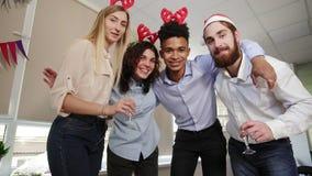 Los hombres de negocios felices en los sombreros de Papá Noel están haciendo el selfie que mira en la cámara y que sonríe mientra metrajes
