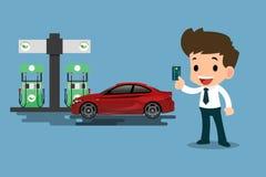 Los hombres de negocios felices utilizan su tarjeta del cradit y reaprovisionan su coche de combustible en una estación limpia y  Foto de archivo