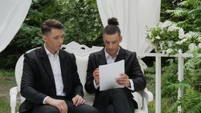 Los hombres de negocios firman un contrato metrajes
