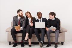 Los hombres de negocios jovenes discuten estrategia de marketing fotos de archivo