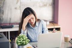 Los hombres de negocios jovenes están sufriendo de los dolores de cabeza, mujeres asiáticas S Fotos de archivo