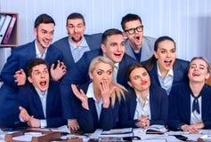 Los hombres de negocios de la vida de la oficina de la gente del equipo son felices con el pulgar para arriba Imágenes de archivo libres de regalías
