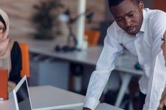 Los hombres de negocios de lanzamiento agrupan trabajo diario de trabajo en la oficina moderna Oficina de la tecnología, compañía foto de archivo