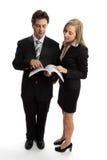 Los hombres de negocios leyeron el contrato   Fotografía de archivo libre de regalías
