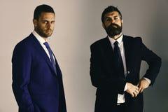 Los hombres de negocios llevan los trajes y los lazos elegantes Conflictos del settle de los líderes foto de archivo libre de regalías