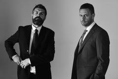 Los hombres de negocios llevan los trajes y los lazos elegantes Conflictos del settle de los líderes fotos de archivo