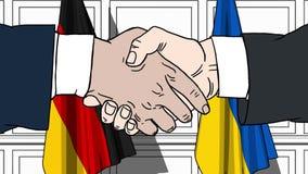 Los hombres de negocios o los pol?ticos sacuden las manos contra banderas de Alemania y de Ucrania Reuni?n o cooperaci?n oficial  metrajes