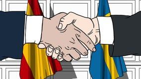 Los hombres de negocios o los políticos sacuden las manos contra banderas de España y de Suecia Reunión o cooperación oficial rel metrajes