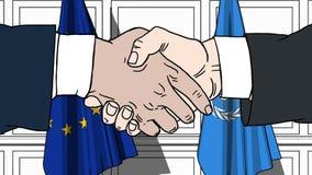 Los hombres de negocios o los políticos sacuden las manos contra banderas de la UE de la unión europea y de Naciones Unidas Reuni stock de ilustración