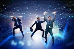 Los hombres de negocios que apoyan la malla de la red en concepto fotografía de archivo libre de regalías