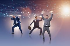 Los hombres de negocios que apoyan la malla de la red en concepto fotografía de archivo