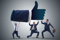Los hombres de negocios que apoyan los pulgares suben gesto fotografía de archivo
