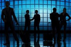 Los hombres de negocios que caminan en el centro de la oficina Foto de archivo