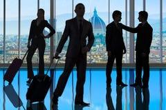 Los hombres de negocios que caminan en el centro de la oficina Fotografía de archivo libre de regalías