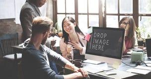 Los hombres de negocios que resuelven imagen del descenso del trabajo en equipo aquí copian el espacio concentrado Imagen de archivo libre de regalías
