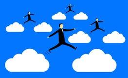 Los hombres de negocios que saltan de la nube a la nube imagenes de archivo