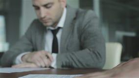 Los hombres de negocios se están preparando para la firma del contrato almacen de metraje de vídeo