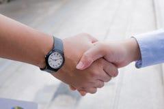 Los hombres de negocios son apretón de manos acuerdan unirse al negocio En un blanco Fotos de archivo