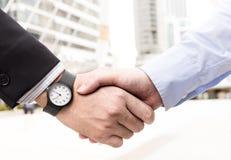 Los hombres de negocios son apretón de manos acuerdan unirse al negocio En un blanco Fotografía de archivo
