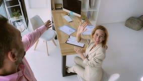 Los hombres de negocios tienen charla video imagen de archivo libre de regalías