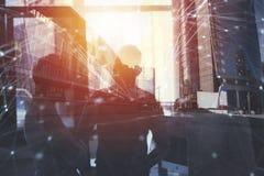 Los hombres de negocios trabajan juntos en oficina con efectos del Internet Concepto de trabajo en equipo y de sociedad doble fotos de archivo