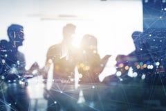 Los hombres de negocios trabajan juntos en oficina con efectos del Internet Concepto de trabajo en equipo y de sociedad doble fotos de archivo libres de regalías