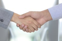 Los hombres de negocios trabajan juntos para el éxito, idea del negocio, mutua foto de archivo libre de regalías