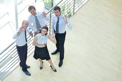 Los hombres de negocios y la verja que hacía una pausa de la mujer con las manos aumentaron, retrato Imagen de archivo