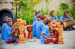 Los hombres del Balinese juegan el musical local para la demostración Imagen de archivo