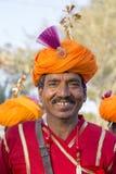 Los hombres del retrato que llevan el vestido tradicional de Rajasthani participan en Sr. Abandone la competencia como parte de f Fotos de archivo