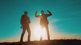 Los hombres del trabajo en equipo funcionan con salto de caminar de la victoria de la felicidad dos hombres de los caminantes de  metrajes