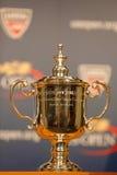Los hombres del US Open escogen el trofeo en la rueda de prensa después de Rafael Nadal ganaron el US Open 2013 Foto de archivo libre de regalías